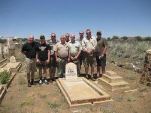 GNA-Reisegruppe besucht das Grab von Dr. Herrmann Iseke